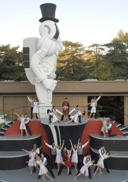 2008-12-25-honda_rose_parade_float_asimo.jpg