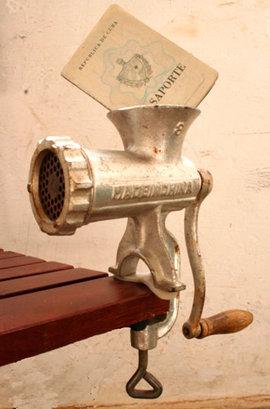 2009-04-04-maquina_de_moler_derechos.jpg