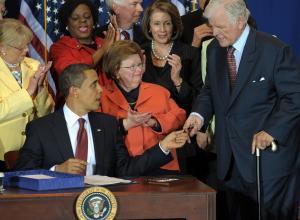 2009-04-21-Obamasignsnationalservicebill.jpg