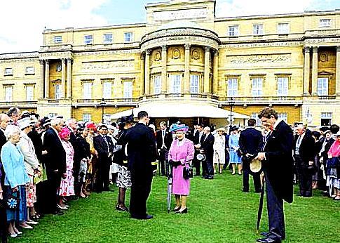2009-04-22-queenbuckinghampalacerepairsdebtwidehorizontal.jpg