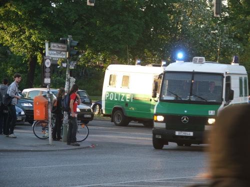 2009-05-02-policevanturn.jpg