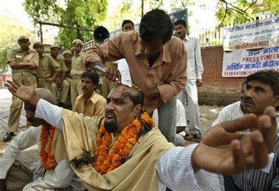 2009-05-04-capt.8b0764b5f0ea4933b4c7e2adb7459602.india_elections_xsd104.jpg