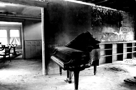 2009-06-16-greygardenspiano.png