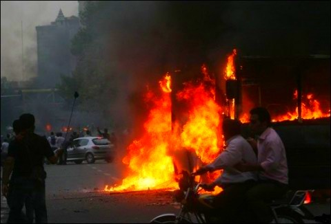 2009-06-24-iran_bus_fire480x326.jpg