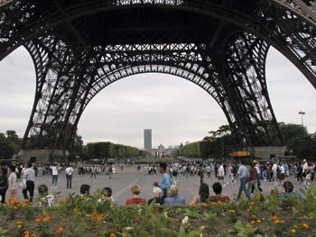2009-08-10-TouristscrossEiffelTowerbaseAbuFadil.jpg