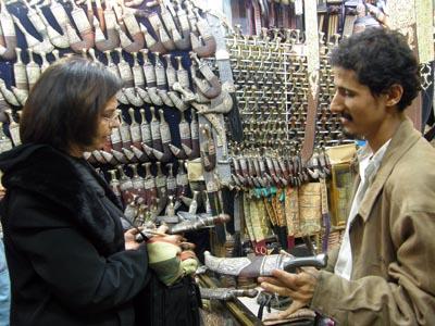 2009-09-02-TouristnegotiatingjanbiyyapriceAbuFadil.jpg