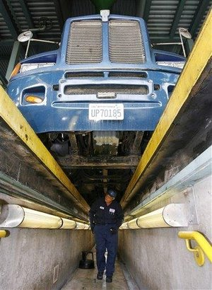 2009-09-04-mexicantruckinspection.jpg