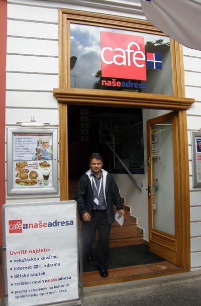 2009-10-12-CoffeesnacksandnewsatyNaseAdresacafAbuFadil.jpg