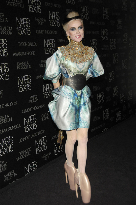 e77a01ee16ffd Daphne Guinness Dares To Wear 10-Inch Stilettos (PHOTO