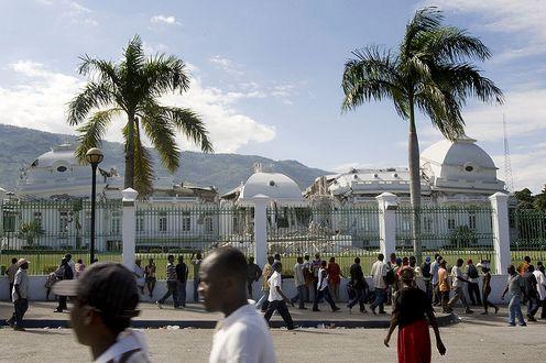 2010-01-18-800pxHaiti_National_Palace_damaged.jpg