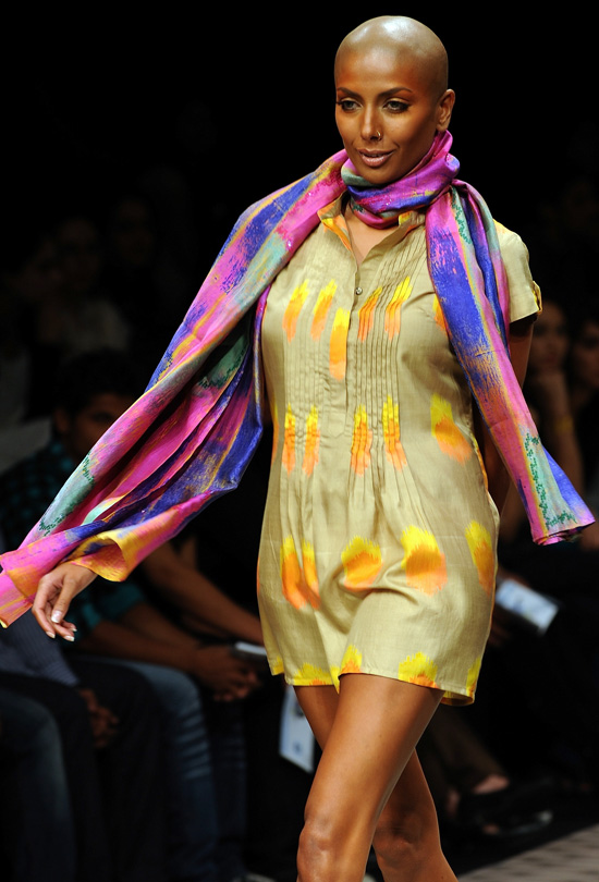 Bald model kicks off lakme fashion week photo huffpost - Mobel bald olpe offnungszeiten ...