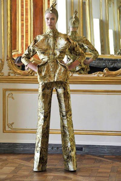 Показ женской коллекции Alexander McQueen осень/зима 2010.