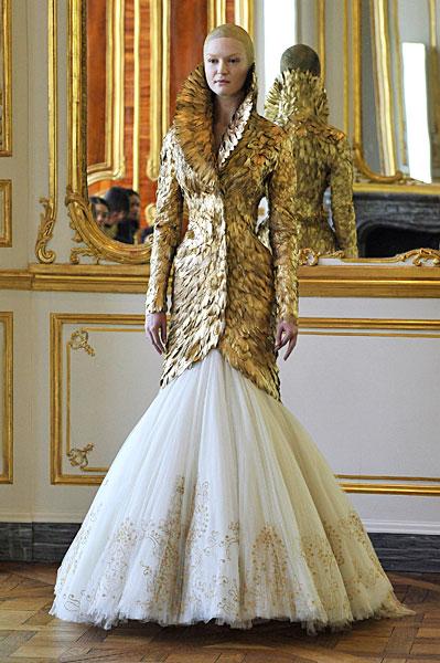 9fa3c6ee8c39 Alexander McQueen s Final Collection Presented In Paris (PHOTOS ...