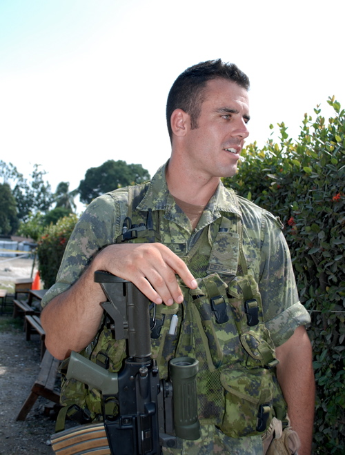 2010-03-17-soldier_canada_leogane.jpg