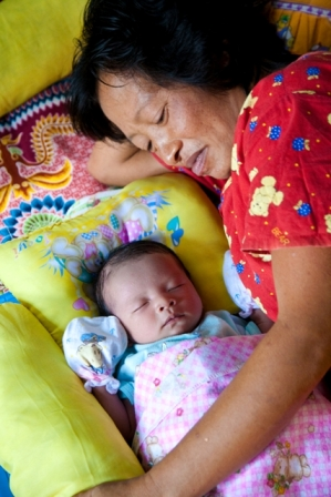 2010-04-06-INDO_BABY_MOTHER.JPG