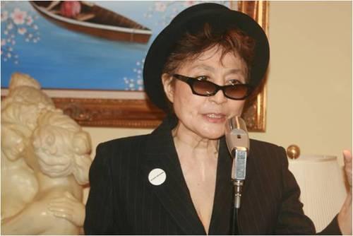 2010-05-06-Michael_Douglas_Yoko_Ono_5.0_A.jpg