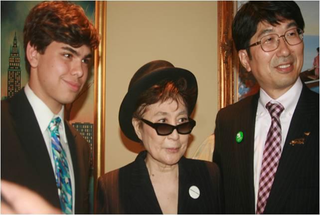2010-05-06-Michael_Douglas_Yoko_Ono_5.0_H.jpg