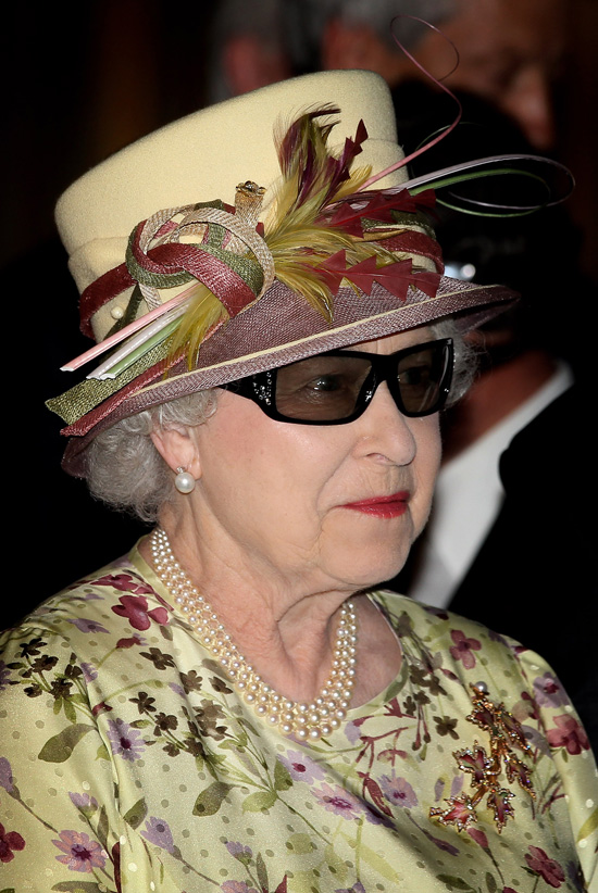 The Queen tests out 3D