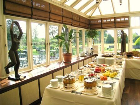 2010-07-22-LeManoirauxQuatSaisonbreakfastroom.JPG