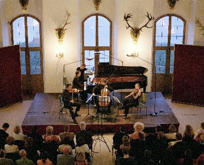 2010-08-12-QuartetwithJanVoglerperforminginSchlossMoritzburg.jpg
