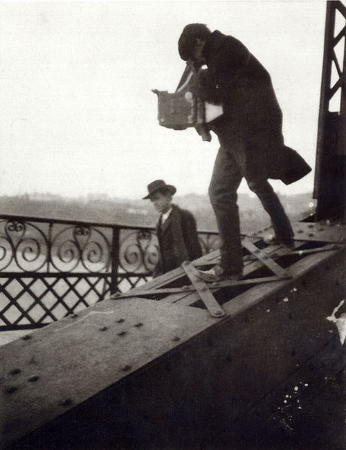 2010-09-15-Alfred_Stieglitz_Photographing_on_a_Bridge1905PamBristow.jpg