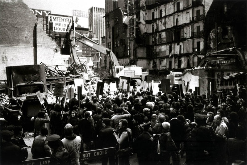 2011-06-23-DemolitionofHelenHayeswithprotesters.jpg
