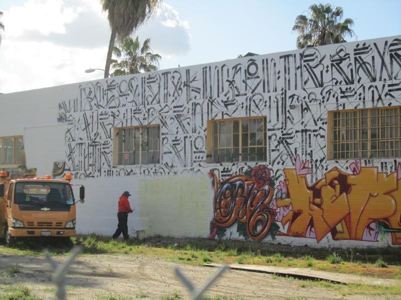 2011-10-26-Graffitiwallbeingillegallybuffed.JPG