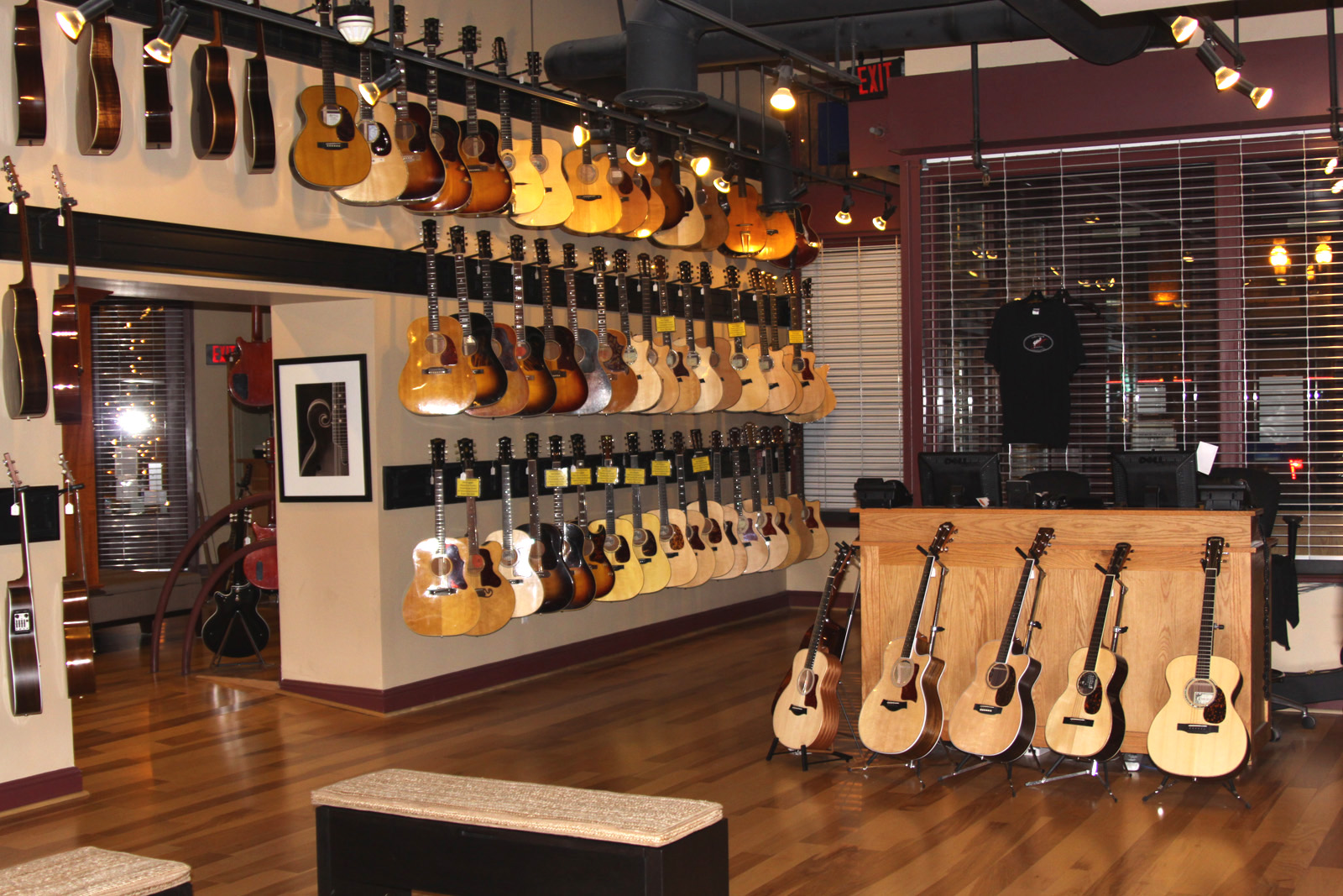 Gruhn guitars nashville / Party hall