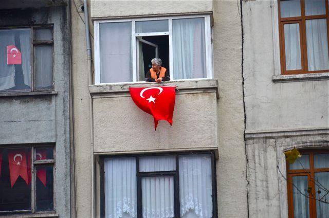 2011-12-22-womenwithflagTurkey.jpg