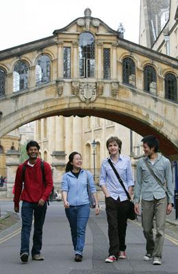 2012-02-14-cmrubinworldOxford_University__Students_walking_beneath_the_Bridge_of_Sighs_Hertford_Bridge_in_New_College_Lane__PA_Photocall400.jpg