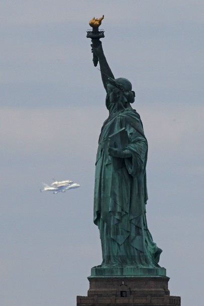 2012-04-30-spaceshuttlestatueofliberty.jpg