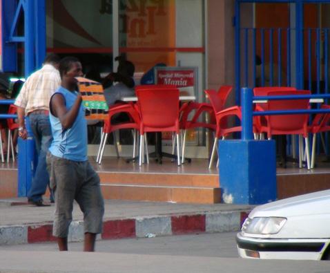 2012-07-17-Vendeur_cartes_recharge_tel_Dakar.jpg