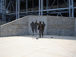 2012-07-19-320pxJoe_Paterno_Statue.jpg