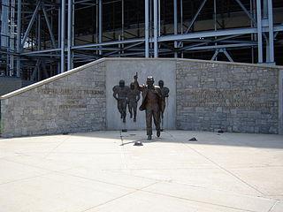 2012-07-24-320pxJoe_Paterno_Statue.jpg