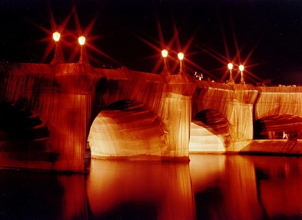 2012-08-13-Pont_Neuf_emball_par_Christo_1985_wikimedia.jpg