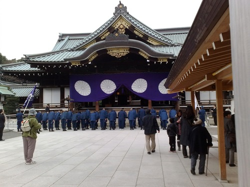 2012-08-23-Patriot_group_members_worshipping_Yasukuni_deities.jpg