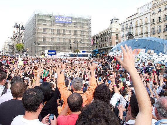 2012-09-03-799pxProtestas_Puerta_del_Sol__Madrid__mayo_2011__02.jpg