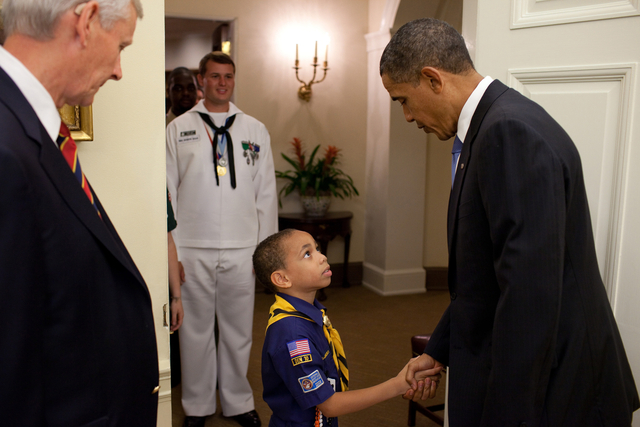 2012-11-07-0519101007163056_president_barack_obama_shaking_hands_with_a_young_cub_scout_m.jpg