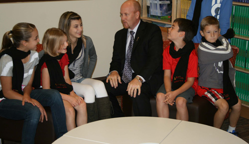 2012-11-09-cmrubinworldMinister_and_students_from_BessieNichols_School_in_Edmonton_Aug_27_Edm_014500.jpg