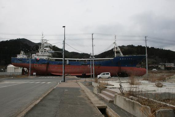 2013-02-25-POSTHUMILDADDELOTEMPORAL.barcoenKesennumaIwate.jpg