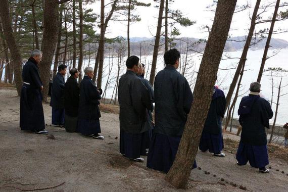 2013-02-25-POSTHUMILDADDELOTEMPORAL.monjesrezandoenKamaishiIwate.jpg