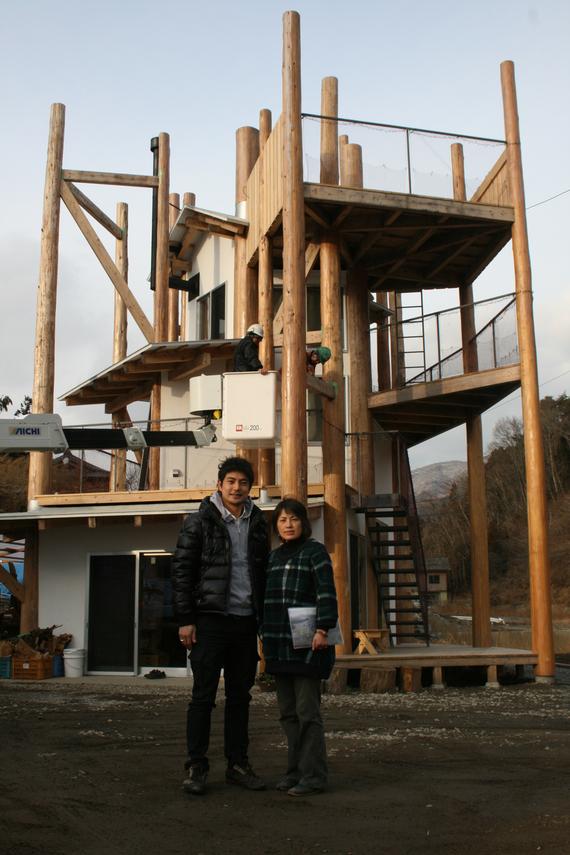 2013-02-25-POSTKAMAISHIII.elcoordinadordelareconstrucciondetohokumikioyamaguchiylasra.mikikosugawaraanteelpabellnderikuzentakataiwate.jpg