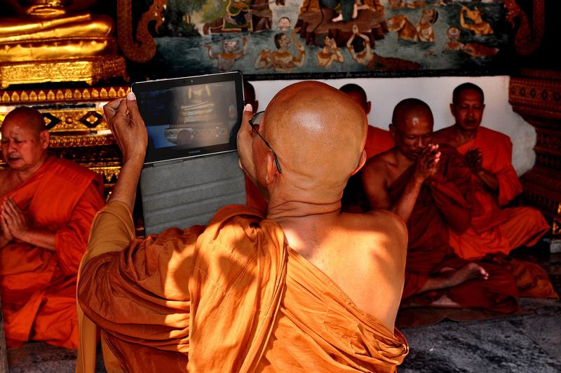 Monk_with_iPad