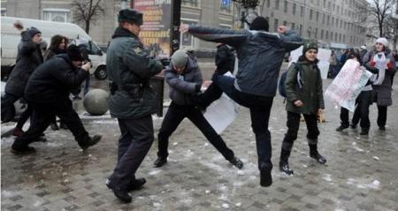 2013-03-26-AttackonLGBTprotestersinRussia450x239.jpg