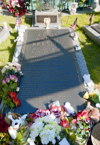 2013-04-04-Graceland_Elvis_Presley_grave.jpg