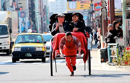 2013-04-23-HuffRickshawalongthestreet.jpg