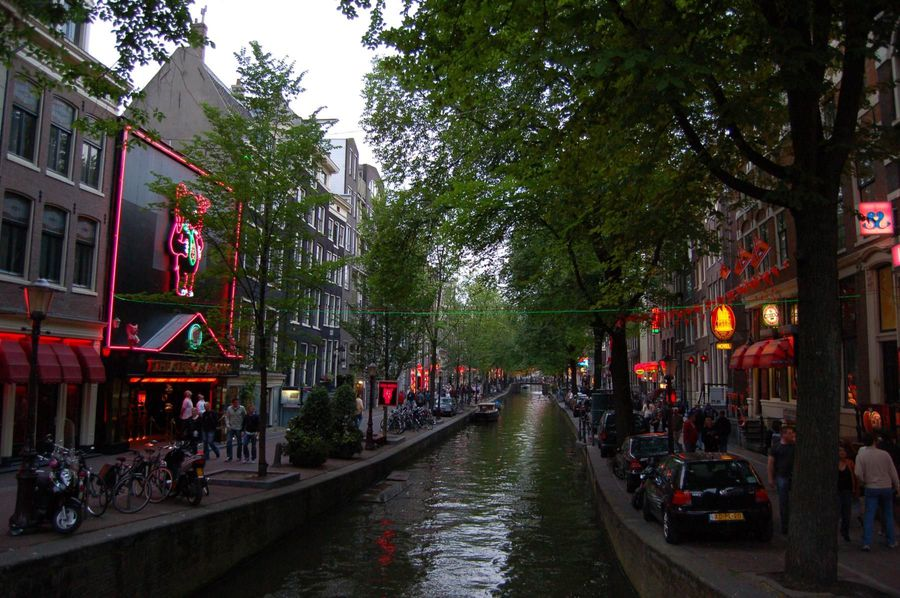 2013-05-01-AmsterdamRedLightDistrict3.JPG