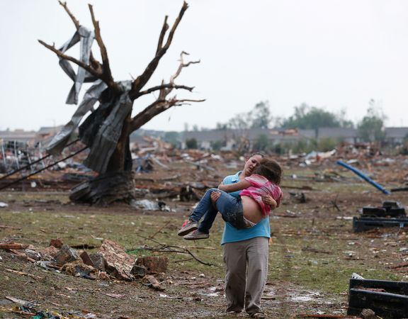 2013-05-25-tornadooklahomacarryingsurviors_67677_600x450.jpg