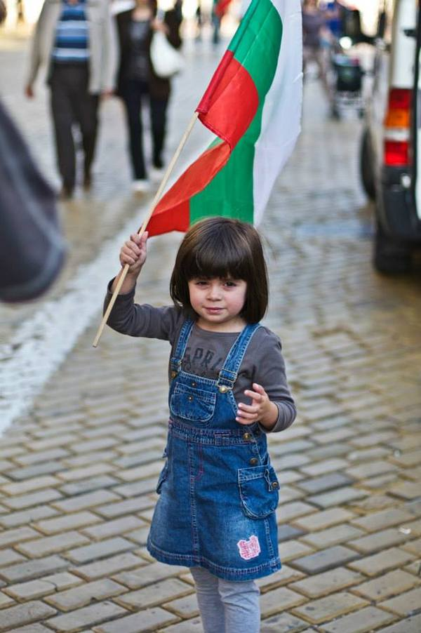 A little girl protesting with the Bulgarian flag. Photo by Vera Gotseva