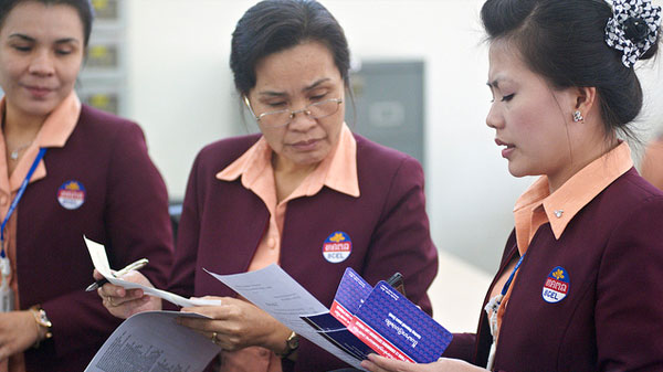 Women working at a bank in Vientiane, Lao PDR © Stanislas Fradelizi/World Bank